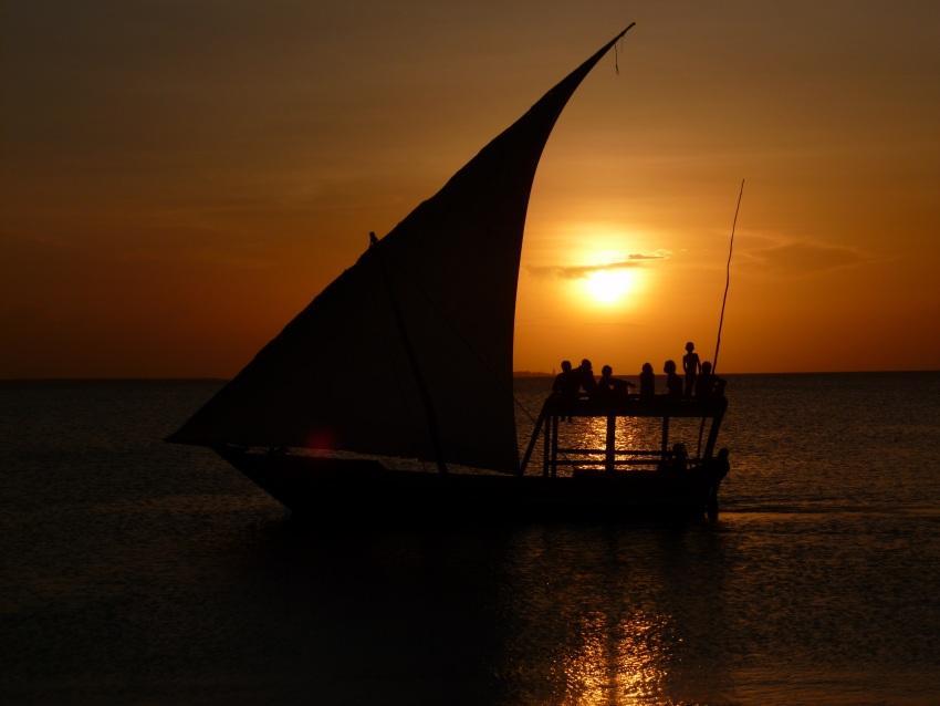 Tramonto Ancora uno spendido tramonto sul mare con barca da Zanzibar