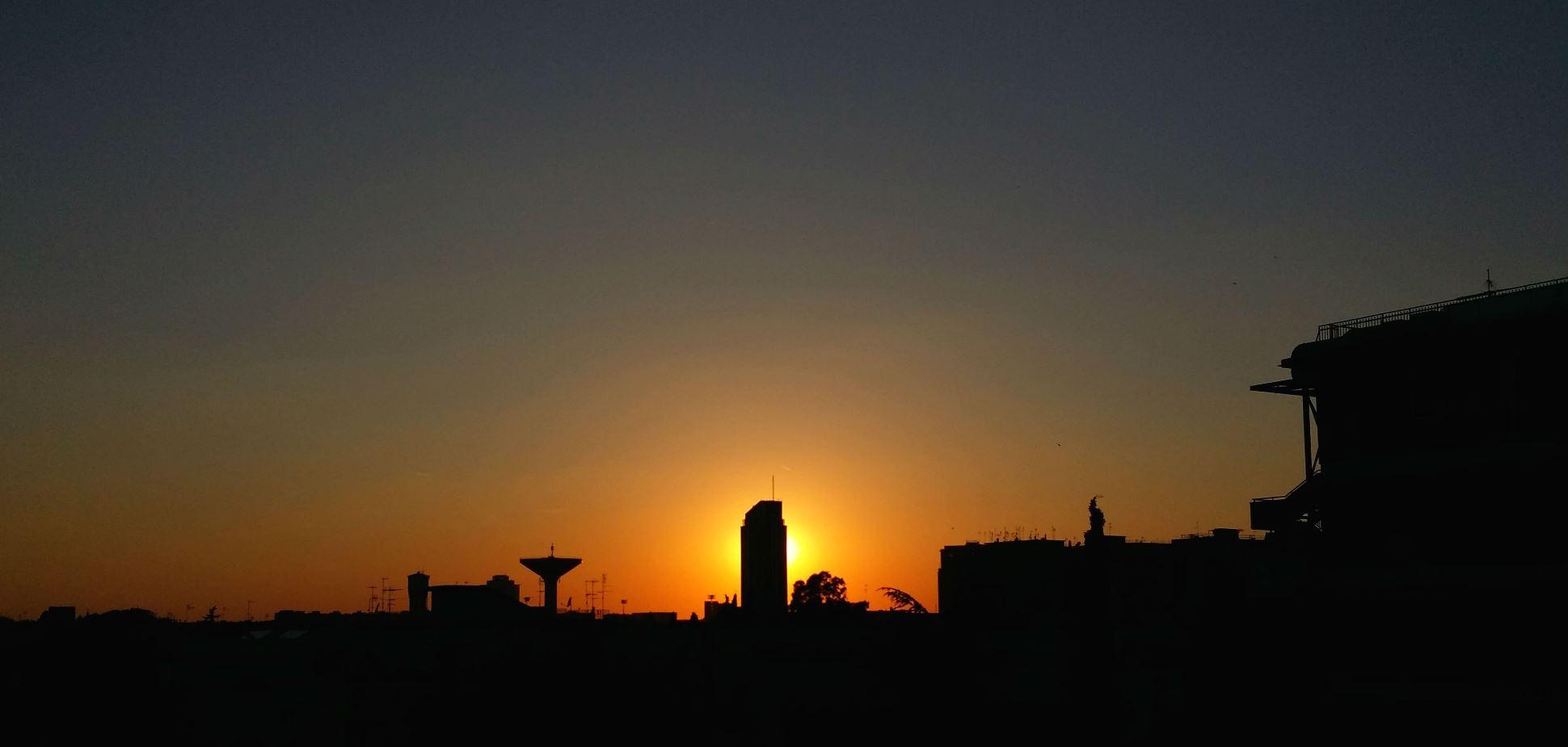 foto al tramonto in Profili di un tramonto in città